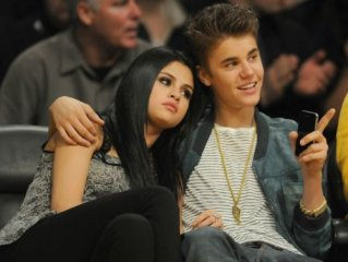 2041  320x240 justin selena pussas lakers spurs match 22 Justin och Selena pussades under matchen mellan Lakers vs Spurs [bilder+video]