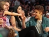 thumbs justin selena pussas lakers spurs match 13 Justin och Selena pussades under matchen mellan Lakers vs Spurs [bilder+video]
