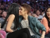 thumbs justin selena pussas lakers spurs match 15 Justin och Selena pussades under matchen mellan Lakers vs Spurs [bilder+video]