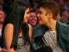 thumbs justin selena pussas lakers spurs match 20 Justin och Selena pussades under matchen mellan Lakers vs Spurs [bilder+video]