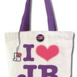 bieber shoppingvaska vit 150x150 JB prylar: väskor, muggar, sängkläder, knappar mm