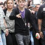 bieber vinkade fans paris 02 150x150 Bieber vinkade till sina fans @ [bilder]