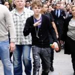 bieber vinkade fans paris 03 150x150 Bieber vinkade till sina fans @ [bilder]