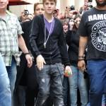 bieber vinkade fans paris 04 150x150 Bieber vinkade till sina fans @ [bilder]