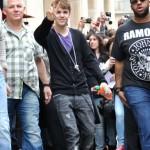 bieber vinkade fans paris 05 150x150 Bieber vinkade till sina fans @ [bilder]