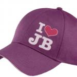 justin bieber keps1 150x150 JB prylar: väskor, muggar, sängkläder, knappar mm