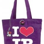 justin bieber shoppingvaska lila 150x150 JB prylar: väskor, muggar, sängkläder, knappar mm