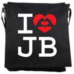 justin bieber vaska1 150x150 JB prylar: väskor, muggar, sängkläder, knappar mm
