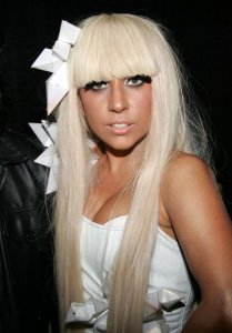 lady gaga 209x300 Lady Gaga slår Justin Bieber på Twitter med drygt en halv miljon followers