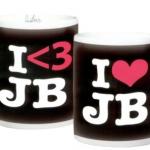 svart mugg bieber 150x150 JB prylar: väskor, muggar, sängkläder, knappar mm