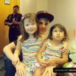 justin bieber selena gomez malaysia barn 07 150x150 Justin och Selena tar kort med barn i Malaysia
