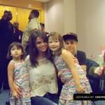 justin bieber selena gomez malaysia barn 150x150 Justin och Selena tar kort med barn i Malaysia