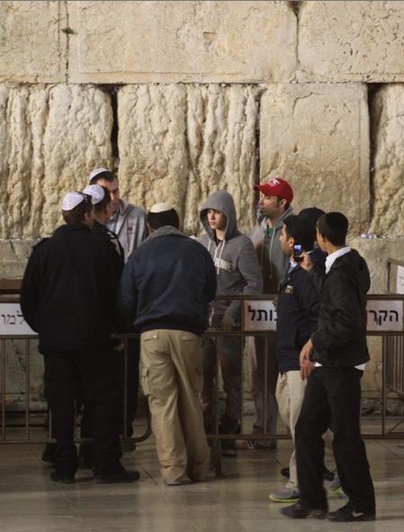 justin bieber vastra muren jerusalem 02 JB besöker Västra muren i Jerusalem [video & bilder]