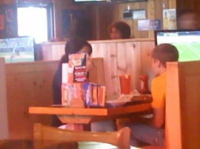 justin bieber selena gomez hooters Justin och Selena lunchar på Hooters