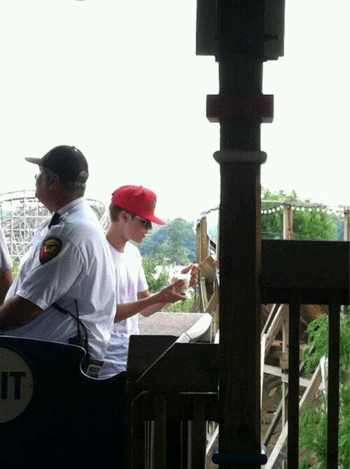 justin bieber selena gomez nojespark pennysylvania 02 Justin Bieber och Selena Gomez på nöjespark i Pennysylvania