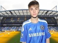 Bild på när Justin Bieber spelar fotboll med Chelsea