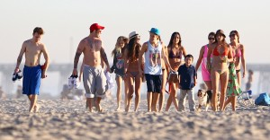 justin bieber ryan butler jeremy venice beach 10 300x156 Justin, Ryan och Jeremy på stranden i Venice Beach [bilder]