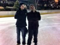 Justin åker skridskor med Alfredo Flores i New York