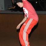 bieber skateboard 07 150x150 Justin skatar i bar överkropp [bilder+video]