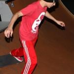 bieber skateboard 10 150x150 Justin skatar i bar överkropp [bilder+video]