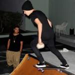 bieber skateboard 19 150x150 Justin skatar i bar överkropp [bilder+video]