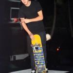 bieber skateboard 20 150x150 Justin skatar i bar överkropp [bilder+video]