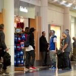 justin bieber lax 02 150x150 Justin gömmer ansiktet @ Los Angeles LAX