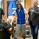 justin bieber lax 05 150x150 Justin gömmer ansiktet @ Los Angeles LAX