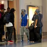 justin bieber lax 09 150x150 Justin gömmer ansiktet @ Los Angeles LAX