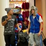 justin bieber lax 11 150x150 Justin gömmer ansiktet @ Los Angeles LAX