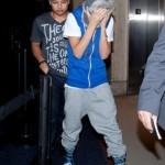 justin bieber lax 14 150x150 Justin gömmer ansiktet @ Los Angeles LAX