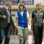 justin bieber lax 150x150 Justin gömmer ansiktet @ Los Angeles LAX