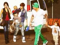Justin, hans pappa, syskon och Selena @Benihana
