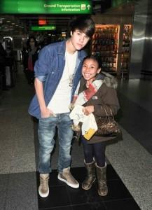 justin bieber selena la guardia new york 03 217x300 Justin och Selena @La Guardia flygplatsen i New York [bilder]