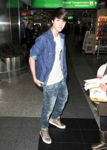 justin bieber selena la guardia new york 215x300 Justin och Selena @La Guardia flygplatsen i New York [bilder]