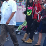 justin familj selena disneyland 02 150x150 Justin med familj & Selena @Disneyland på Alla hjärtans dag