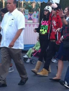 justin familj selena disneyland 02 228x300 Justin med familj & Selena @Disneyland på Alla hjärtans dag