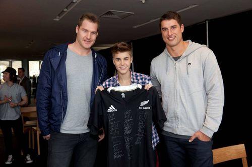 Justin posar med rugbyspelare