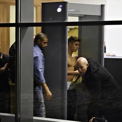 Justin i bar överkropp i säkerhetskontrollen